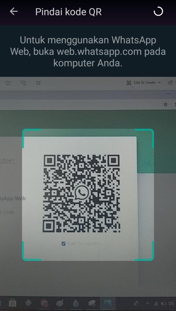 melakukan scan OR code